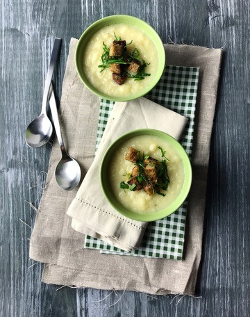 Rezept Pastinaken-Apfel-Suppe mit Zitronen-Kräuter-Croûtons