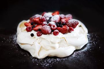 Rezept Pavlova mit Erdbeeren, Himbeeren und Blaubeeren
