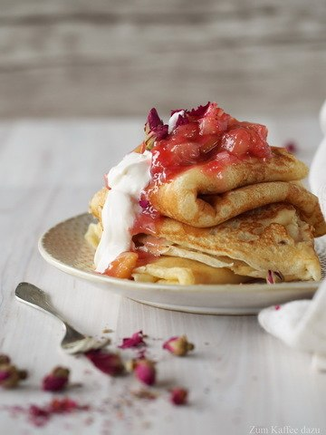 Rezept Pfannkuchen mit Rhabarber und Rosen-Crème Fraîche