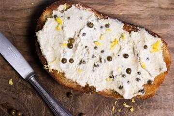 Rezept Pflanzlicher Brotaufstrich mit Sonnenblumenkernen, Sellerie und grünem Pfeffer
