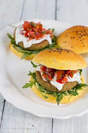 Rezept Pistazien-Minze-Falafel-Burger mit Zitronen-Basilikum-Aioli