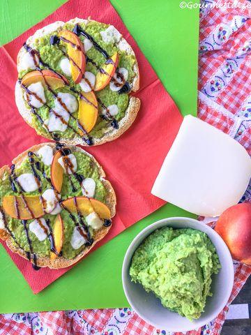 Rezept Pizza mit Avocado, Nektarine und Ziegenkäse