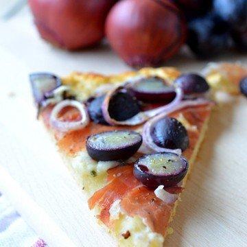 Rezept Pizza mit Kräuterquark, roten Zwiebeln, Trauben und Speck