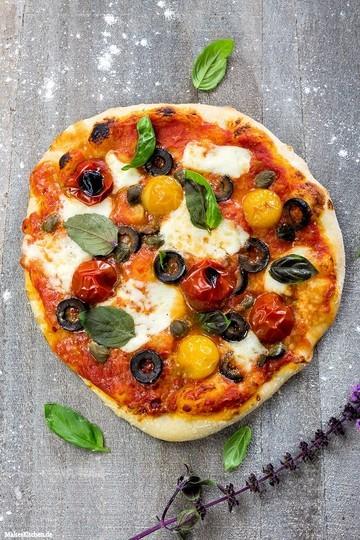 Rezept Pizza mit Oliven, Kapern, Kirschtomaten & Mozzarella