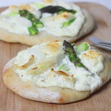 Rezept Pizza mit Ziegenfrischkäse und zweierlei Spargel