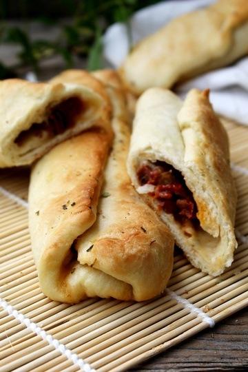 Rezept Pizzabrötchen mit eingelegten Tomaten und Mozzarella