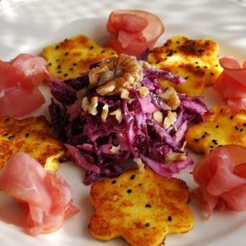 Rezept Polenta-Blümchen mit Lachsschinken, dazu Rotkohlsalat mit Wasabi-Dressing