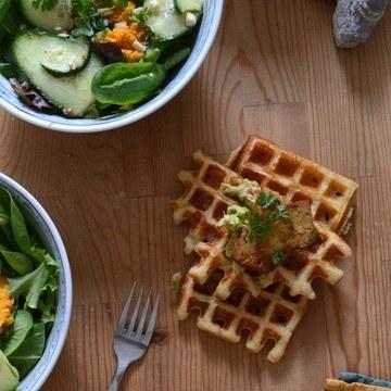 Rezept Polentawaffeln mit Bánh-Mì-Salat, Tofu und scharfer Avocadocreme