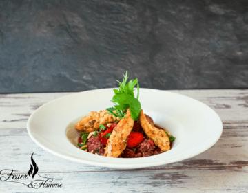 Rezept Pouletstreifen auf Quinoa-Erdbeer-Risotto mit Basilikum und gerösteten Pinienkernen