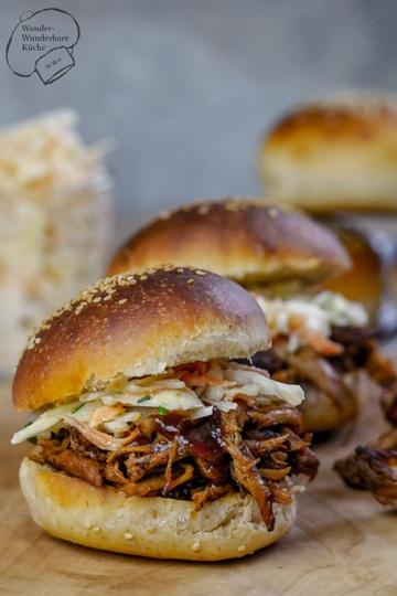 Rezept Pulled Pork aus dem Backofen, selbstgemachte Burger-Buns und Coleslaw