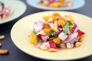 Rezept Radieschen-Salat mit Minze, Orange und Pinienkernen