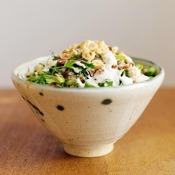 Rezept Reissalat mit Hähnchenbrust, Sellerie, Kräutern und Haselnüssen