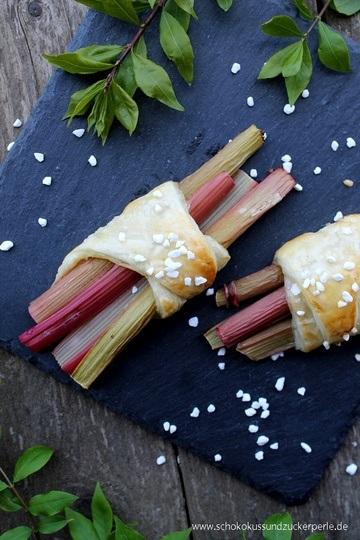 Rezept Rhabarber-Blätterteig-Päckchen mit Vanillesahne