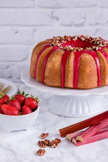 Rezept Rhabarber-Erdbeer-Bundt mit Pekannüssen