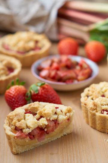 Rezept Rhabarber Erdbeer Streusel Tartelettes