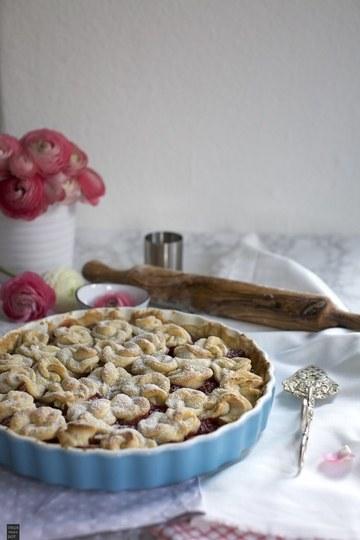 Rezept Rhabarber-Himbeer-Tarte mit Rosen