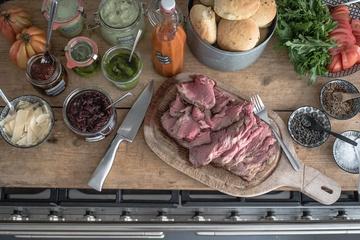 Rezept ribeye steaksandwiches mit focaccia buns, scharfen zwetschgen ketchup, rucola pesto, zwiebelmarmelade und basilikumaufstrich