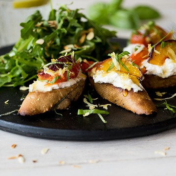 Rezept Ricotta-Crostini mit Pfirsich und Tomate