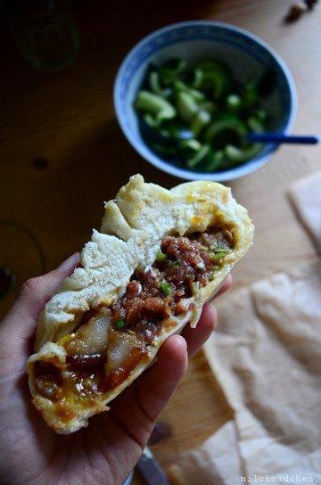 Rezept Riesen-Baozi mit geschmortem Schweinebauch, Salz-Ei und Frühlingszwiebel-Fleisch-Füllung