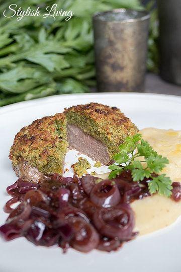 Rezept Rinderfilet mit Kräuterkruste, Rotweinzwiebeln und Kartoffel-Sellerie-Püree