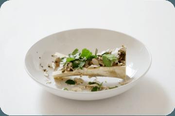 Rezept Rindermark gebacken im Markknochen, quergesägt, mit Pankokruste, Chamignon, Koriander, Kokos und Norialge