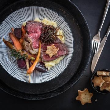 Rezept Roastbeef mit Knoblauch im Ofen gegart, geröstetes Wurzelgemüse, Kartoffel-Sellerie-Butterstampf, Balsamico-Schalotten