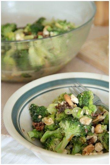Rezept Roher Brokkolisalat mit Tomaten, Cashews und Feta