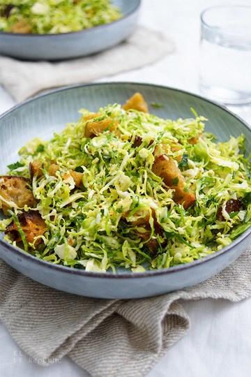 Rezept Rosenkohl Ceasar Salat mit Ciabatta-Kräuter-Croûtons