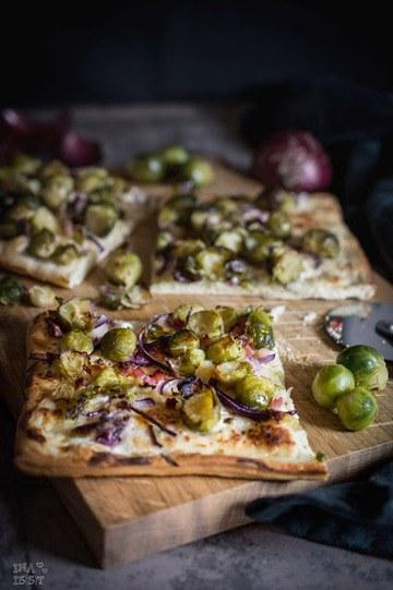 Rezept Rosenkohlpizza mit Parmesan und Schinken