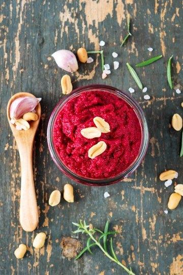 Rezept Rote Beete Pesto mit gerösteten Erdnüssen