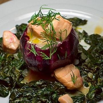 Rezept Rote Bete gefüllt mit Lachsragout auf Wasabi-Spinat