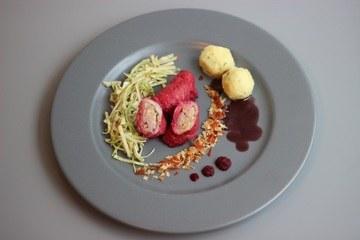 Rezept Rotes Kalbsroulädchen mit Südtiroler Speck & Apfel, Erdapfelknödel und austrian coleslaw