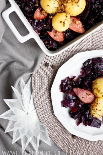 Rezept Rotkohl-Wurst-Auflauf mit Kartoffelknödeln und Walnussknusper