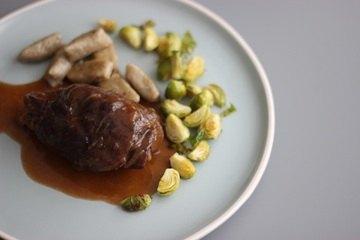 Rezept Rouladen mit Maronen-Gnocchi und Ofen-Rosenkohl