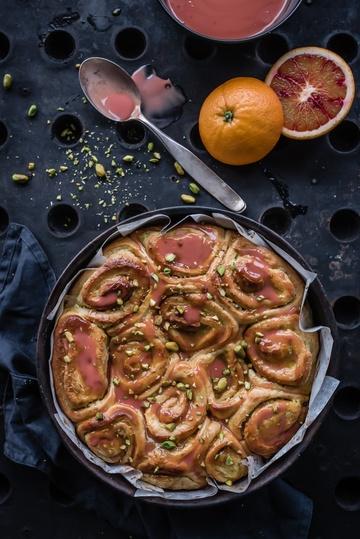 Rezept ruckizucki tonkaschnecken, gefüllt mit göttlicher pistazien frangipane und glasiert mit blutorangen grenadine curdguss