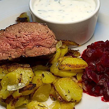 Rezept Rückwärts gebratene Lammhüfte mit Rote-Zwiebel-Ragout und Minz-Joghurt