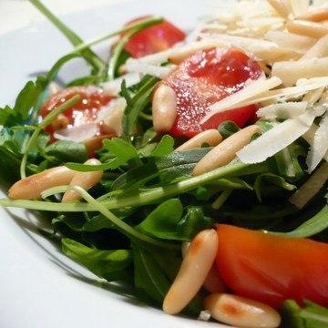 Rezept Rucola mit Kirschtomaten, Pinienkernen und Parmesan