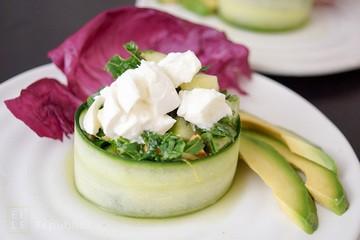 Rezept Rucola-Salat mit Gurke umwickelt in Koriander-Honig-Limonen-Dressing