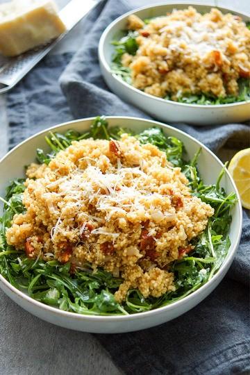 Rezept Rucola-Salat mit warmem Quinoa und sonnengetrockneten Tomaten