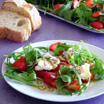 Rezept Rucolasalat mit Erdbeeren und Frischkäsenocken