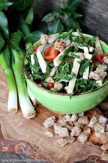 Rezept Rucolasalat mit Tomaten, Käsestreifen und Vollkorncroutons
