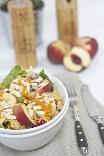Rezept Salad Bowl mit Couscous, Grillkäse und Pfirsich