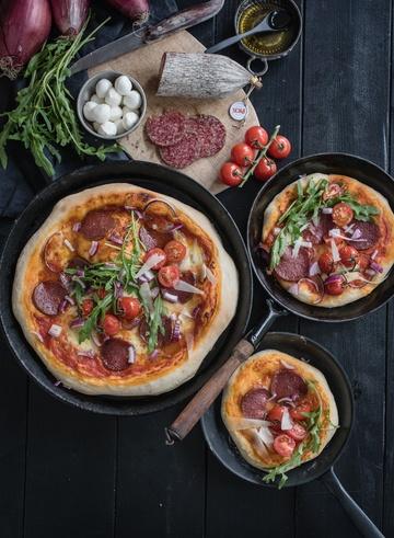 Rezept salami pan pizza mit rucola, roten zwiebeln, pecorino und einem tollen kaltgegangenen overnight pizzateig
