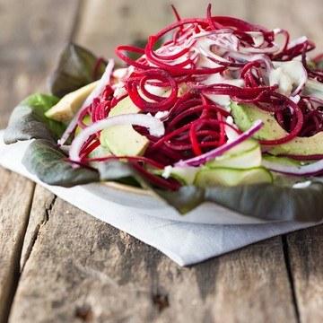 Rezept Salat aus Rote-Bete-Spaghetti, Avocado und Ziegenkäse