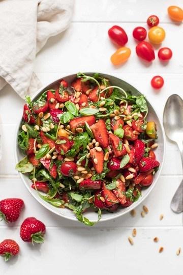 Rezept Salat mit Erdbeeren, Tomaten, Minze und Basilikum