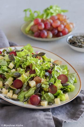 Rezept Salat mit Trauben, Käse und Kürbiskernen