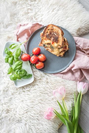 Rezept say cheese! super leckeres und mega fix gegrilltes käse tomate basilikum sandwich.