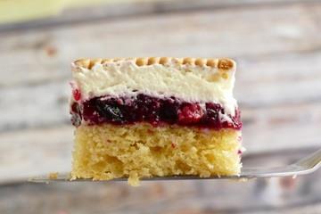 Rezept Schneewittchenkuchen mit Butterkeksen – rot wie Blut, weiß wie Schnee und goldgelb wie Butterkekse