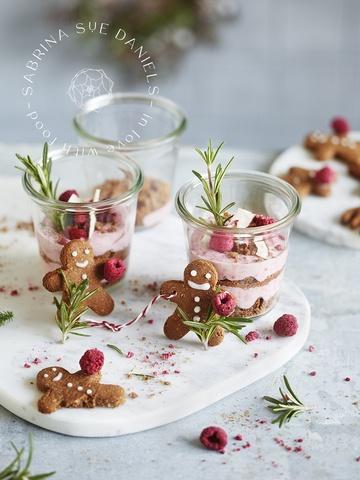 Rezept Schnelle Lebkuchen-Joghurtcreme mit Himbeeren & Kokos