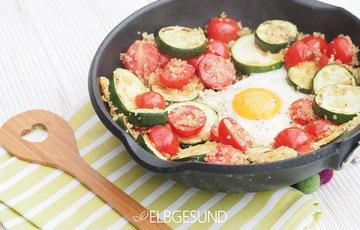 Rezept Schnelle Quinoa-Pfanne mit Tomaten, Zucchini und Ei